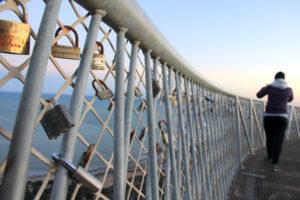 Candados en el Mirador del Mirador del Caminatas que llevan al mirador del Faro de Santa Pola